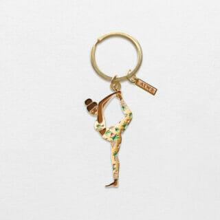 Een sleutelhanger met een vrouw in een yoga pose! Deze sleutelhanger is ontworpen in Frankrijk van het merk All the Ways to Say.